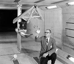 Рогалло проводит испытания дельтаплана в аэродинамической трубе
