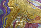 Цветные разводы от масла на воде